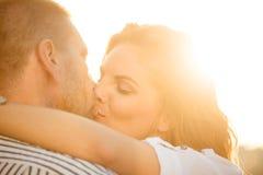 Couples dans l'amour - baiser Image libre de droits