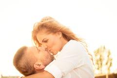 Couples dans l'amour - baiser Photographie stock