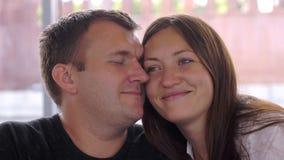 Couples dans l'amour caressant en parc Photographie stock