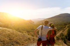 Couples dans l'amour contre la montagne Photographie stock