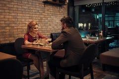 Couples dans l'amour conversation et association lors de la réunion d'affaires conversation de jeunes couples dans l'amour Images libres de droits