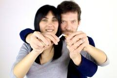 Couples dans l'amour décidant de cesser tabagisme Photographie stock