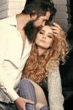 Couples dans l'amour Désir, affection, relations, concept d'intimité homme avec la femme de caresse de barbe photos stock