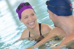 Couples dans l'amour détendant dans la piscine Images libres de droits