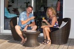 Couples dans l'amour détendant et buvant Juice Cocktail Drink frais Photos stock