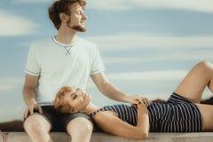 Couples dans l'amour détendant extérieur paisible Photographie stock