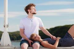 Couples dans l'amour détendant extérieur paisible Photographie stock libre de droits