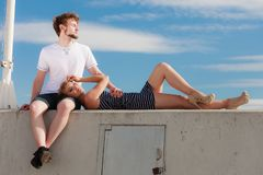 Couples dans l'amour détendant extérieur paisible Photo stock