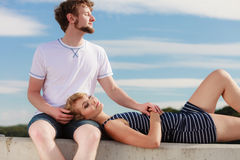 Couples dans l'amour détendant extérieur paisible Photo libre de droits