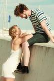 Couples dans l'amour détendant extérieur paisible Image libre de droits