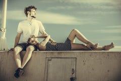 Couples dans l'amour détendant extérieur paisible Images libres de droits