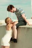 Couples dans l'amour détendant extérieur paisible Photos stock