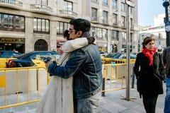 Couples dans l'amour d'étreindre espagnol d'ados Photographie stock libre de droits