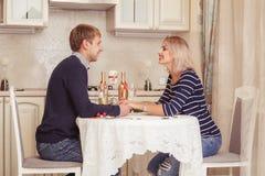 Couples dans l'amour d'intérieur Photos libres de droits