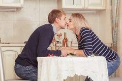 Couples dans l'amour d'intérieur Photo stock
