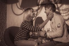 Couples dans l'amour d'intérieur Images stock