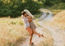 Couples dans l'amour dans l'heure d'été ensemble heureuse dehors Photos stock