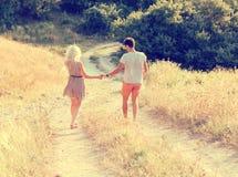 Couples dans l'amour dans l'heure d'été ensemble heureuse dehors Image stock