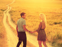 Couples dans l'amour dans l'heure d'été ensemble heureuse dehors Photos libres de droits