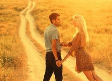Couples dans l'amour dans l'heure d'été ensemble heureuse dehors Image libre de droits