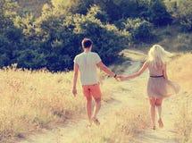 Couples dans l'amour dans l'heure d'été ensemble heureuse dehors Photographie stock libre de droits