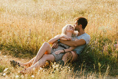 Couples dans l'amour dans l'heure d'été ensemble heureuse dehors Images libres de droits