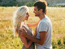 Couples dans l'amour dans l'heure d'été ensemble heureuse dehors Photographie stock