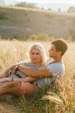 Couples dans l'amour dans l'heure d'été ensemble heureuse dehors Photo libre de droits