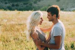 Couples dans l'amour dans l'heure d'été ensemble heureuse dehors Images stock
