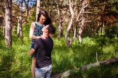 Couples dans l'amour dans la forêt Image libre de droits