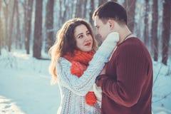 Couples dans l'amour dans la forêt d'hiver Photo stock