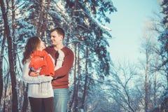Couples dans l'amour dans la forêt d'hiver Photographie stock
