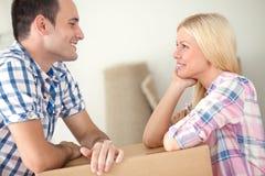 Couples dans l'amour dans la maison Images libres de droits
