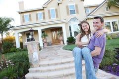 Couples dans l'amour dans la maison avant Photo libre de droits