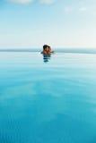 Couples dans l'amour dans la piscine de lieu de villégiature luxueux des vacances d'été romantiques Image libre de droits