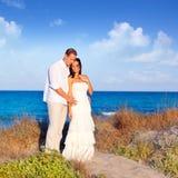 Couples dans l'amour dans la plage sur méditerranéen Photographie stock