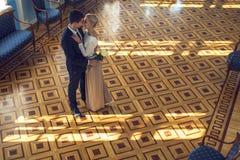 Couples dans l'amour dans le beau nterior Photographie stock libre de droits