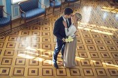 Couples dans l'amour dans le beau nterior Photos stock