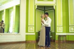 Couples dans l'amour dans le bel intérieur Photographie stock libre de droits