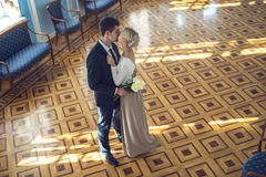 Couples dans l'amour dans le bel intérieur photo stock