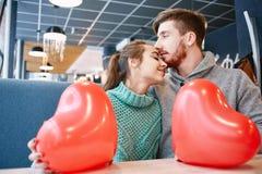 Couples dans l'amour dans le jour de valentines Image stock