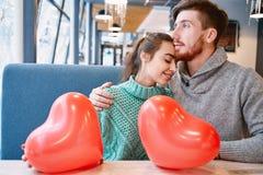 Couples dans l'amour dans le jour de valentines Photos libres de droits