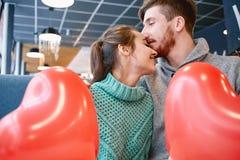 Couples dans l'amour dans le jour de valentines Photo libre de droits
