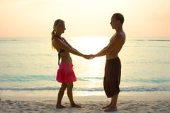 Couples dans l'amour dans le lever de soleil Photo stock