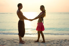 Couples dans l'amour dans le lever de soleil Photo libre de droits