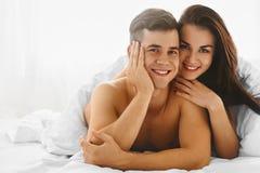 Couples dans l'amour dans le lit Photographie stock