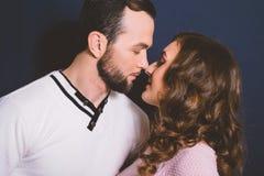 Couples dans l'amour dans le studio sur un fond foncé Photos stock