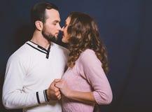 Couples dans l'amour dans le studio sur un fond foncé Images libres de droits