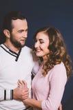 Couples dans l'amour dans le studio sur un fond foncé Images stock