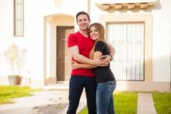 Couples dans l'amour dans leur nouvelle maison Photographie stock